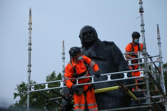 Londrada eski Başbakan Churchillin heykelinin koruması kaldırıldı