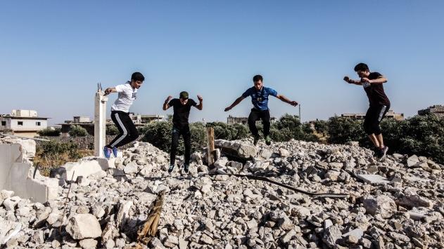İdlibde saldırıların yıldıramadığı sporcu gençler, enkazı parkura çevirdi