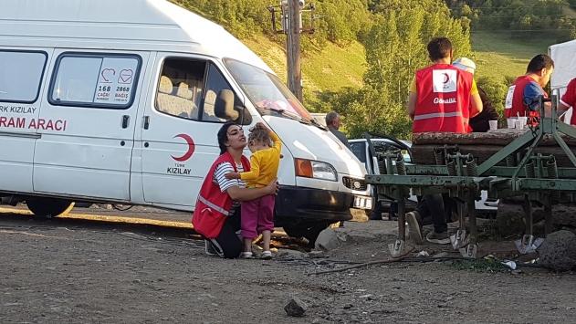 Türk Kızılay gönüllüsü, depremzede minik Öykünün de kalbini kazandı