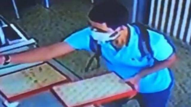 Kuyumcuya biber gazı sıkan cerrahi maskeli gaspçı kamerada