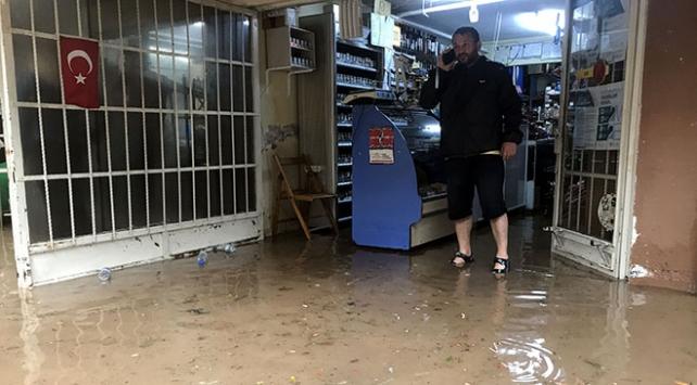 Kocaelide sağanak nedeniyle bazı ev ve iş yerlerini su bastı