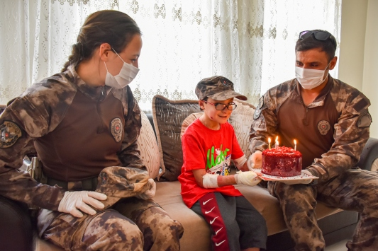 Özel harekat polislerinden, kelebek hastası Muhammede doğum günü sürprizi