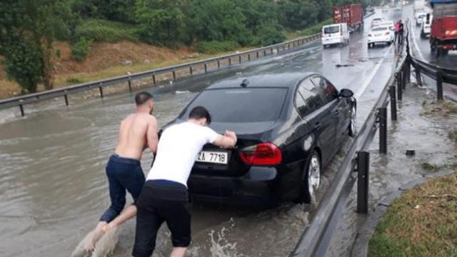 İstanbul'da etkili olan şiddetli yağmur ve dolu hayatı felç etti