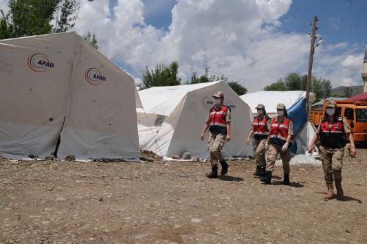 Bingölde kadın askerler depremzede ailelerin yarasını sarıyor