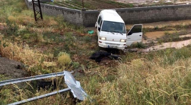 Tarım işçilerini taşıyan minibüs kamyonla çarpıştı: 1 ölü, 8 yaralı