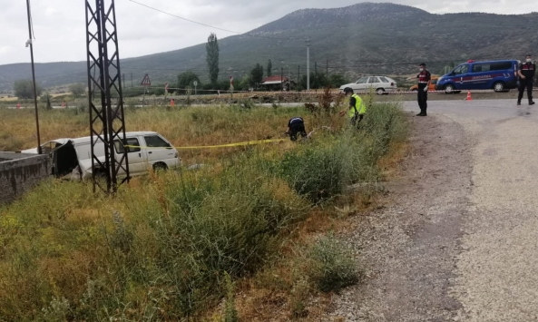 Ispartada kamyon, tarım işçilerini taşıyan minibüsle çarpıştı: 1 ölü, 8 yaralı