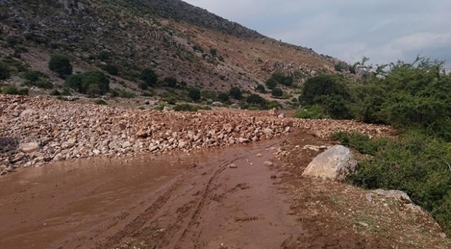 Afyonkarahisarda heyelan nedeniyle köy yolları ulaşıma kapandı