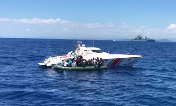 İzmirde Türk kara sularına geri itilen 56 sığınmacı kurtarıldı