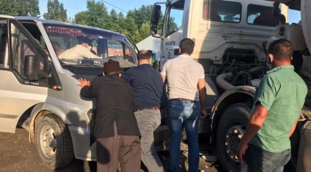 İnegölde minibüs ile beton mikseri çarpıştı: 2 yaralı