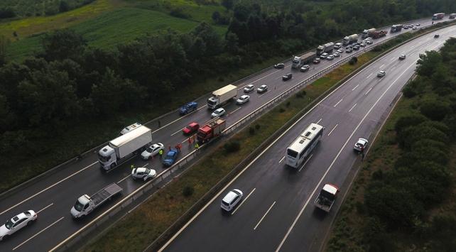 Anadolu Otoyolunda 9 aracın karıştığı zincirleme kaza trafiği aksattı