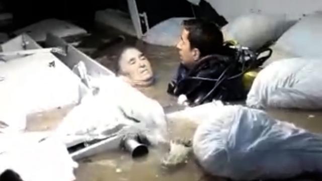 Hastanenin bodrum katında mahsur kalan kadını dalgıçlar kurtardı