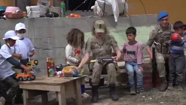 Jandarma depremzede çocukları unutmadı