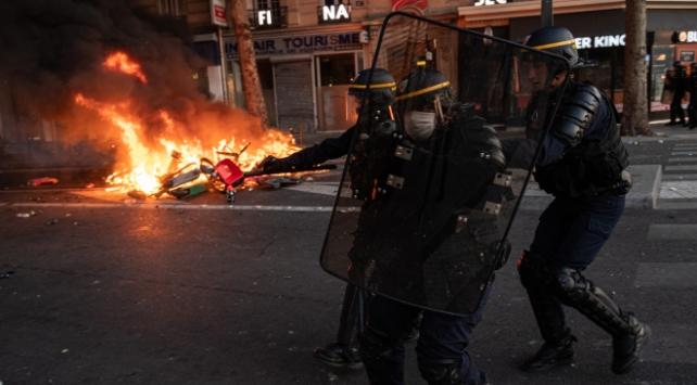 Fransada gözaltına alınan rap şarkıcısına polis şiddeti