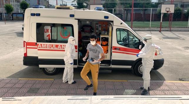 Covid-19 tedavisi gören gençler sınava ambulansla gitti