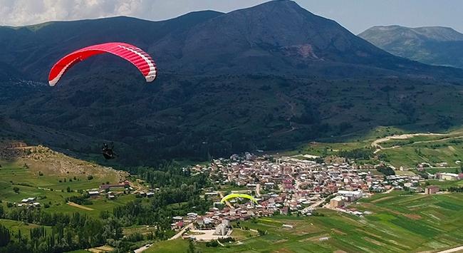 Sivasta doğaseverler Bakırlı Tepesinde yamaç paraşütü yaptı