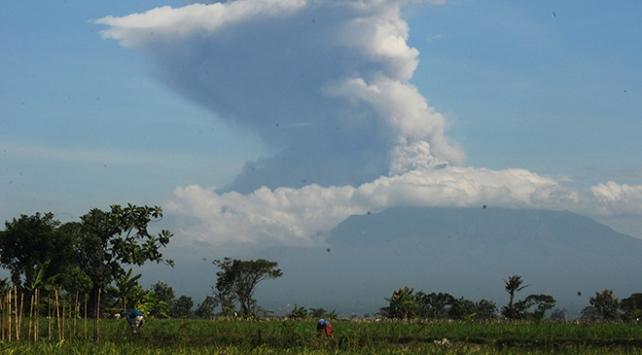 Endonezyada yanardağ patlaması: Kül ve duman 6 bin metre yükseldi