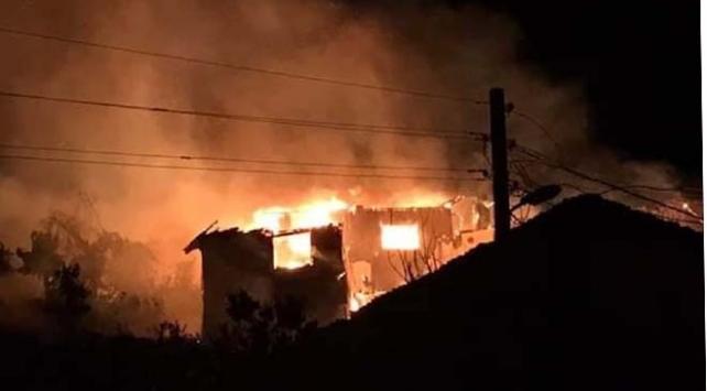 Bilecikte çıkan yangında iki ev kullanılamaz hale geldi