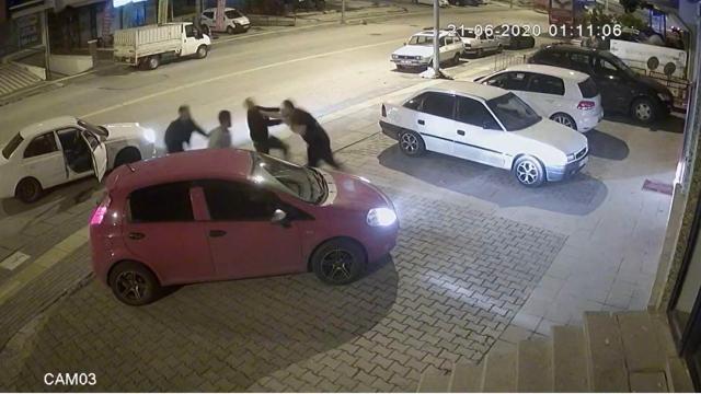 Kick boksçu trafikte tartıştığı 3 kişiyi yere serdi