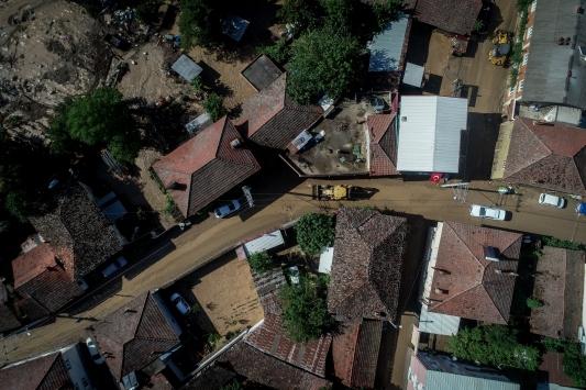 Bursadaki sel bölgesinde ekipler yaraları sarmak için aralıksız çalışıyor