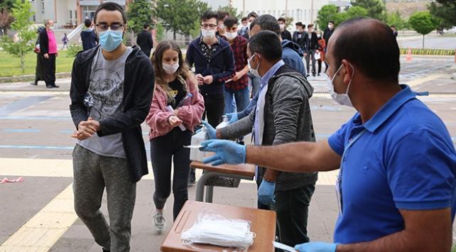 YKS adayları maske ve dezenfektanı ile sınava girebilecek