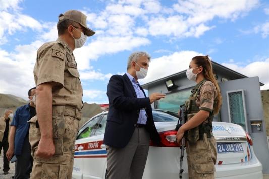 Erzincan Valisi Mehmet Makas uygulama noktalarındaki askerleri ziyaret etti