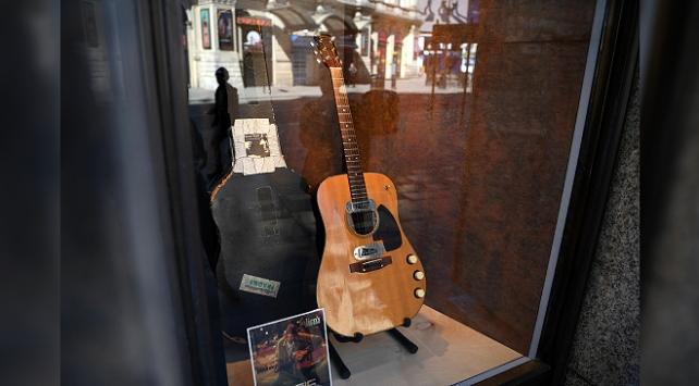 Nirvananın solisti Kurt Cobainin gitarı 6 milyon dolara satıldı