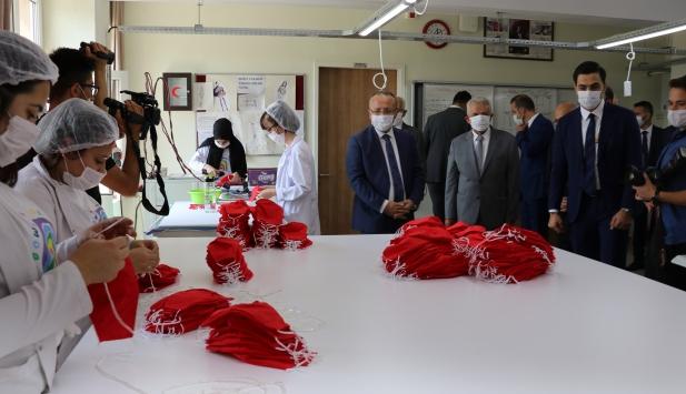 Denizlide meslek lisesi öğrencilerinin diktiği maskeler ihraç edildi