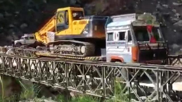 Hindistan'da aşırı yükü kaldıramayan köprü çöktü: 2 yaralı