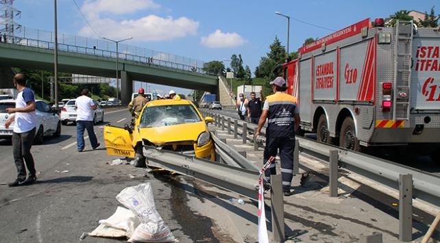 İstanbulda taksi bariyerlere saplandı: 2 yaralı