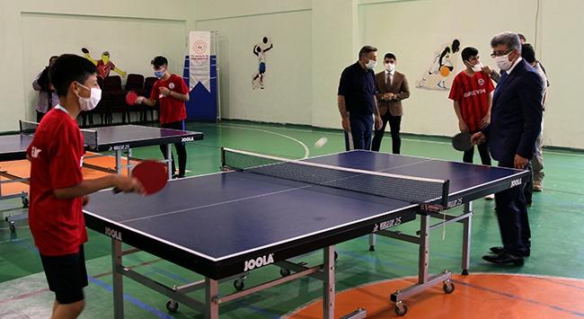 Vanda masa tenisi sporcularına malzeme desteği