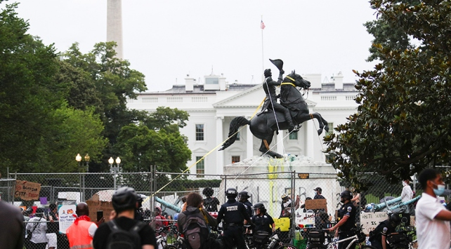 Beyaz Sarayın önündeki parkın sembolü Andrew Jackson heykeli yıkılmak istendi