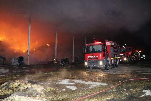 Niğdede bir hayvan çiftliğinde çıkan yangına müdahale ediliyor