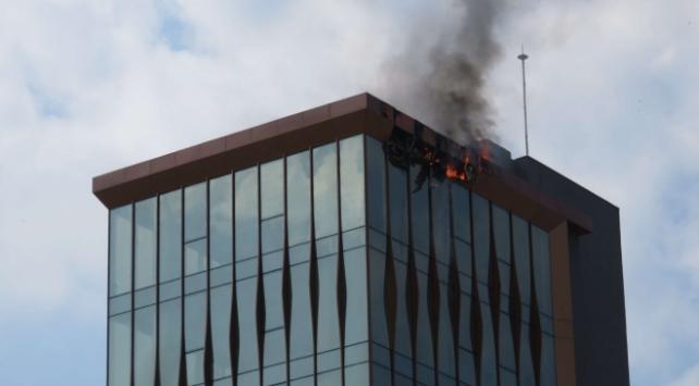 İstanbulda 10 katlı binanın çatısında yangın