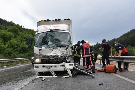 Manisada tıra çarpan kamyonetin sürücüsü yaralandı