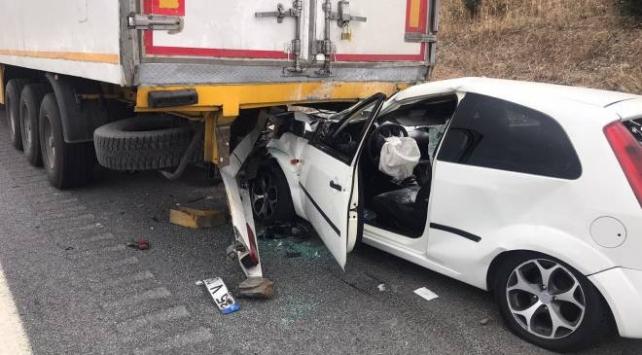 Park halindeki tıra çarpan otomobil sürücüsü ağır yaralandı