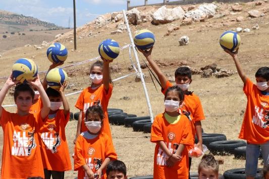 PTT, Eczacıbaşı ve İVKden lastikten sahada voleybol oynayan çocuklara hediye