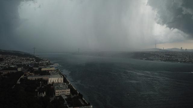 Yağmur ve dolunun İstanbul'a gelişi böyle görüntülendi
