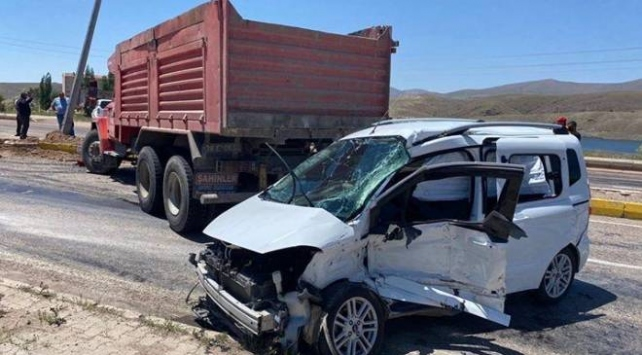Kayseride kamyon ile hafif ticari araç çarpıştı: 5 yaralı