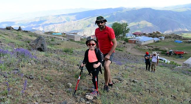 Minik Miran Asaf dağcı babasıyla zirvelere tırmanıyor