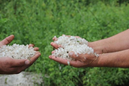 İnegölde sağanak ve dolu seraları yıktı, tarım arazilerini su altında bıraktı