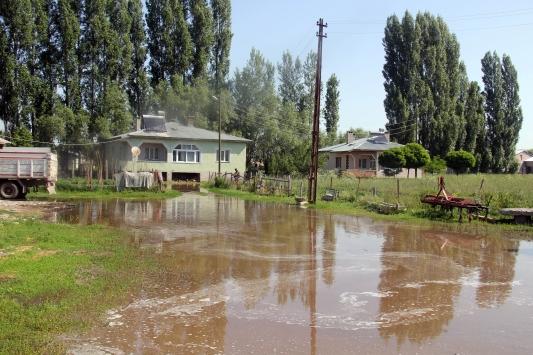 Sivasta sulama hattındaki sızıntı ev, ahır ve tarlalarda su baskınlarına yol açtı