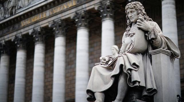 Fransada köleliği yasalaştıran siyasetçinin heykeline saldırı