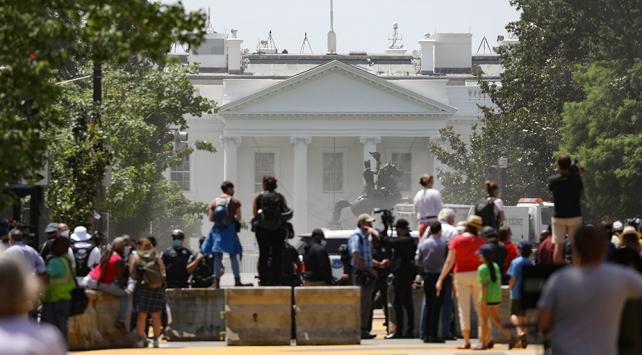 Trumptan Beyaz Sarayın önündeki heykeli yıkmaya çalışan göstericilere tepki
