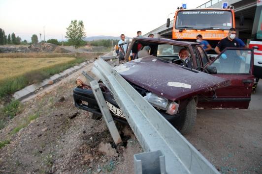 Sivasta otomobil bariyerlere çarptı: 1 ölü, 2 yaralı
