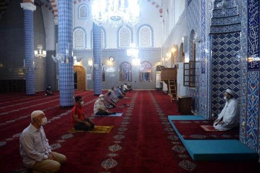 Doğu Akdenizde camilerde cemaatle ilk sabah namazı kılındı