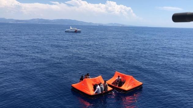İzmirde Yunan güvenlik güçlerince Türk kara sularına bırakılan 36 düzensiz göçmen kurtarıldı
