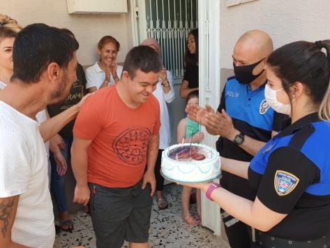 Adanada polisten down sendromlu kişiye sürpriz doğum günü kutlaması