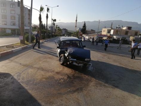 Mersinde otomobil ile kamyonet çarpıştı: 4 yaralı