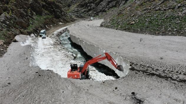 Vanda 10 metre kar bulunan yayla yolları açılıyor