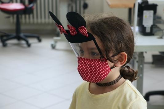 Çocuklara kendilerini kahraman hissettiren maskeler tasarladılar